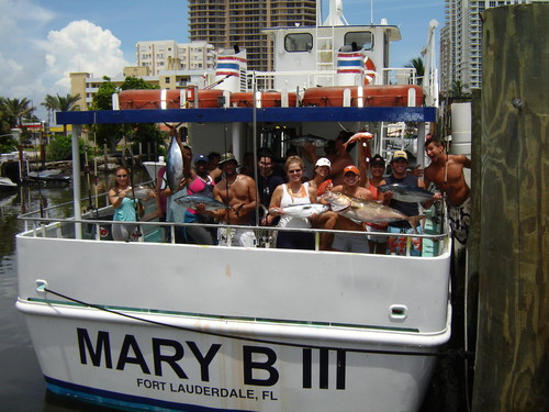 happy spring breakers on a group trip with lots of fish